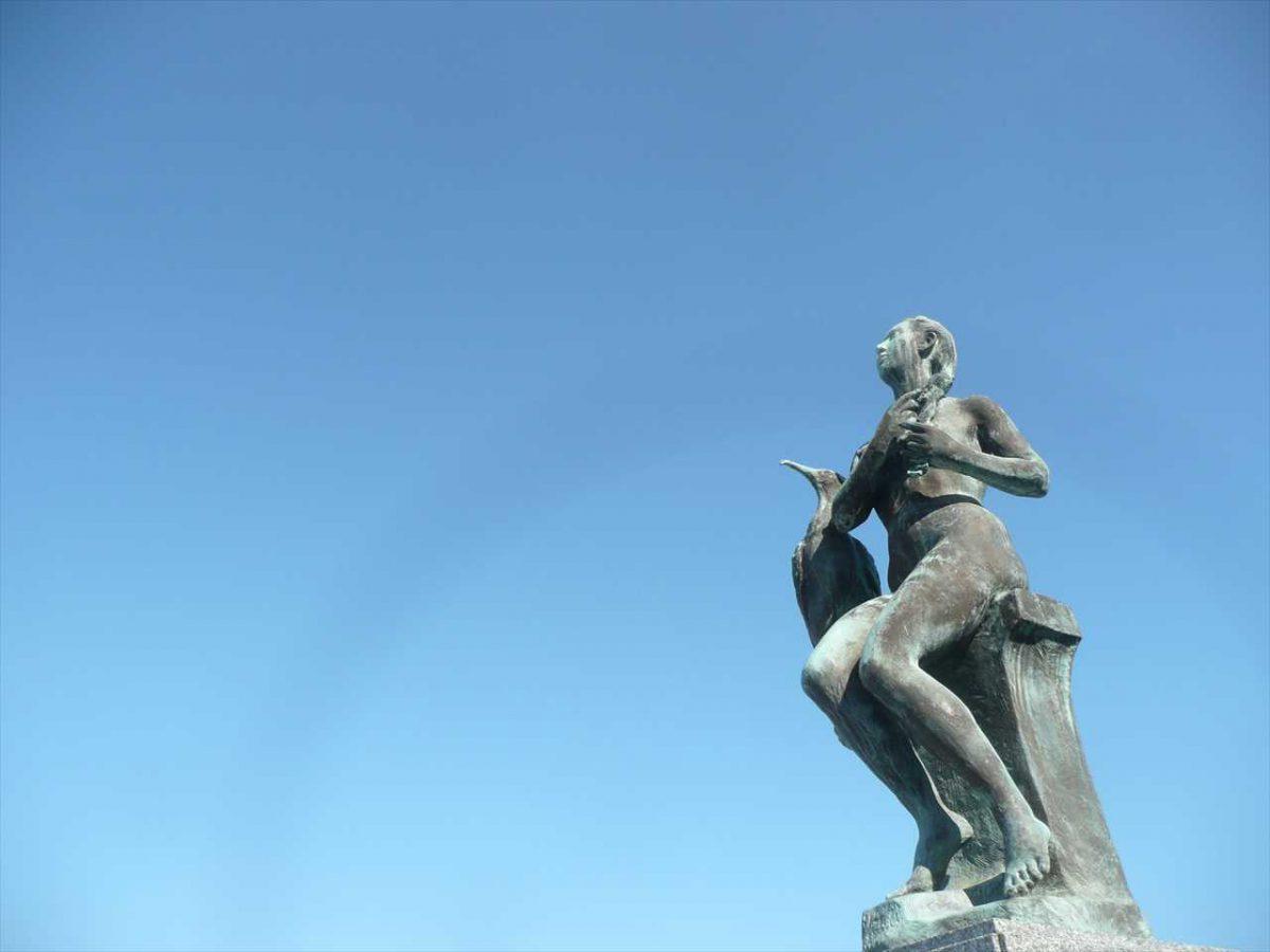 ウミウと少女の像