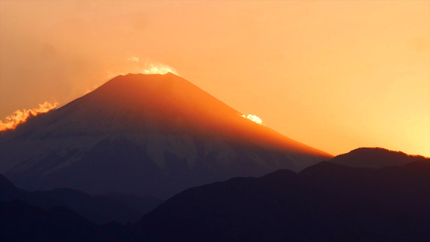 これが話題となってる高尾山の赤富士・紅葉狩り