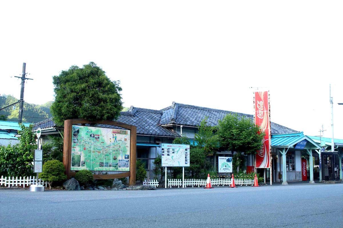 夕暮れの三峰口駅