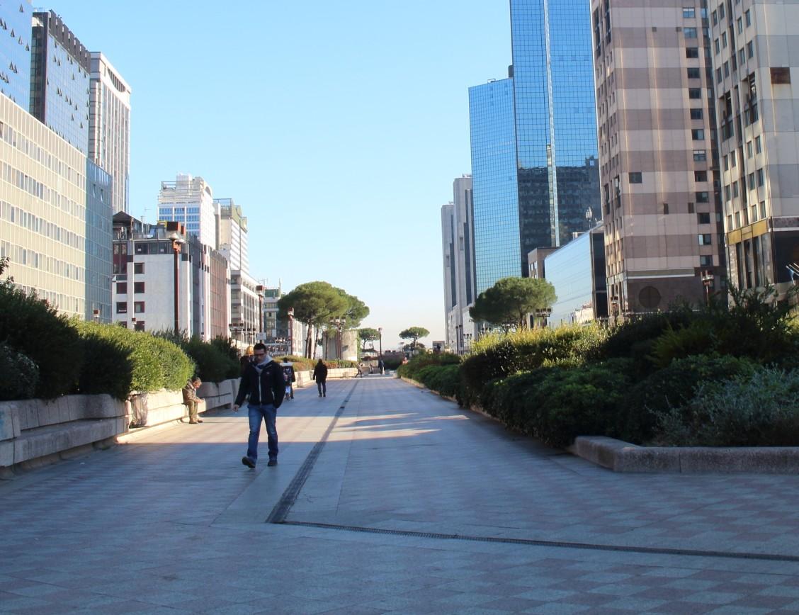 ナポリの高層ビル街はゴーストタウン