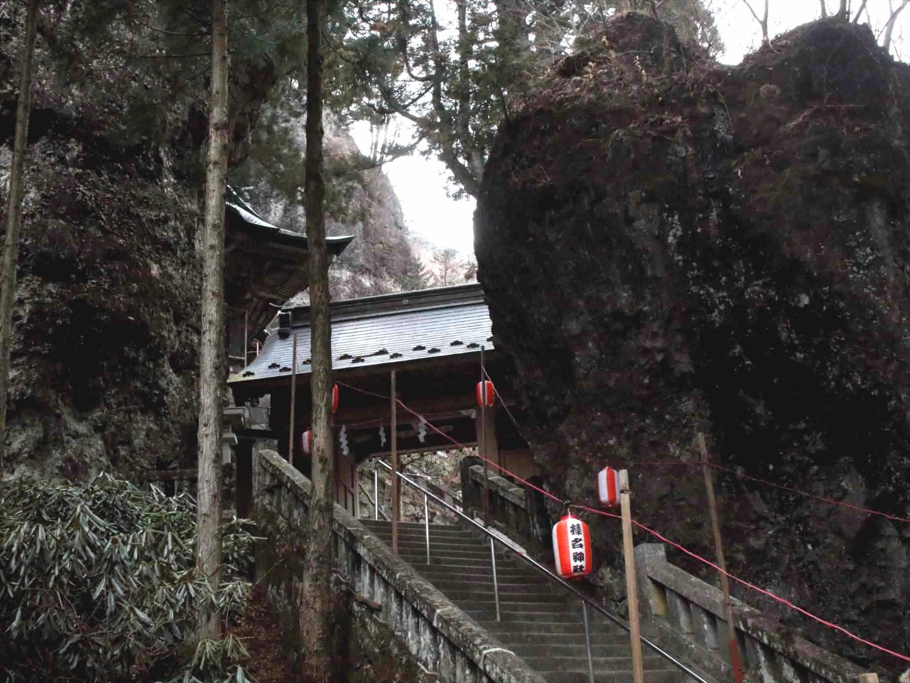 榛名神社の岩の割れ目