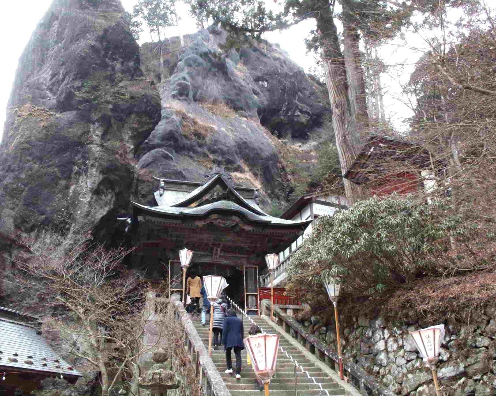 榛名神社の本殿へ