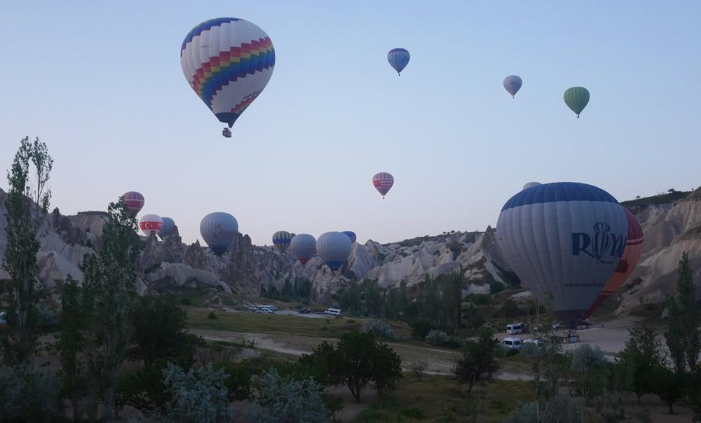 飛び立つカッパドキアの気球
