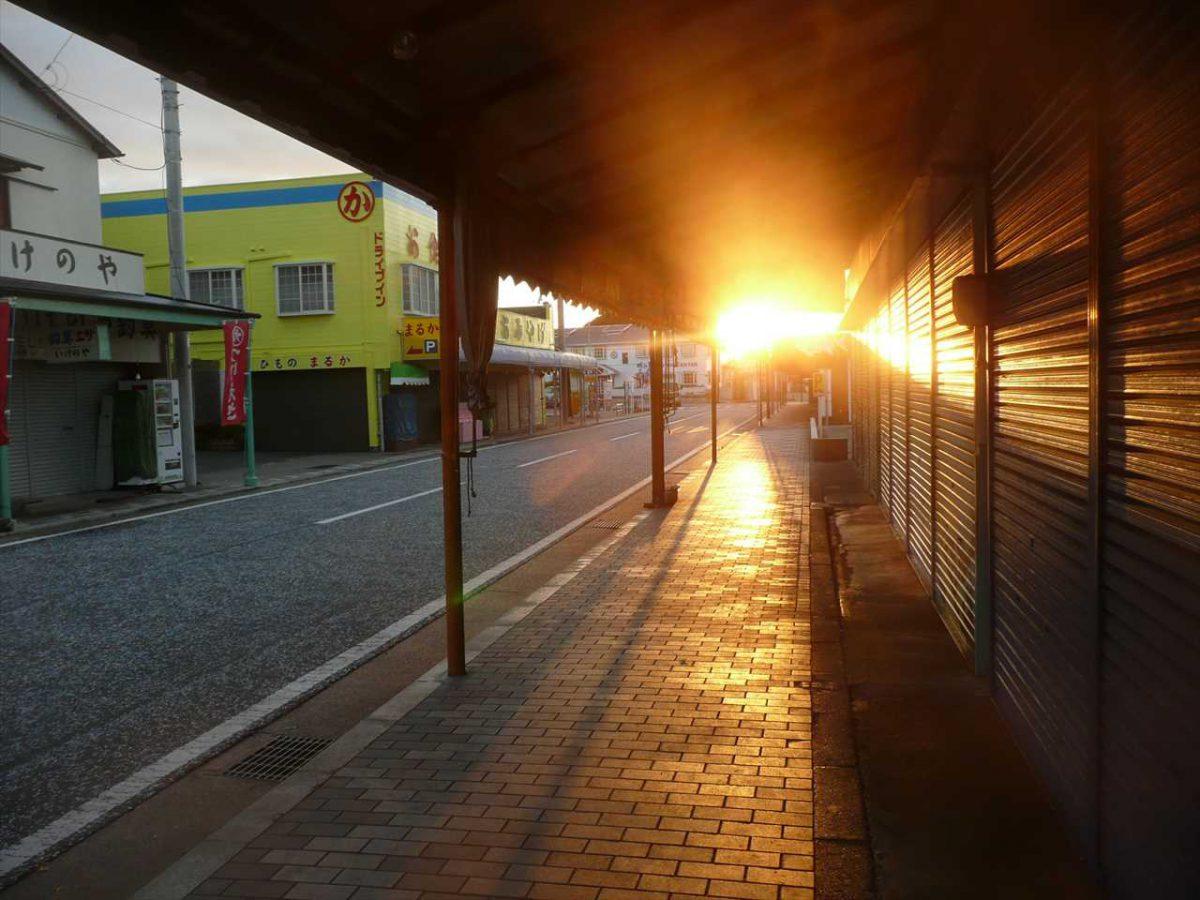 夕日の城ヶ島の飲食店街
