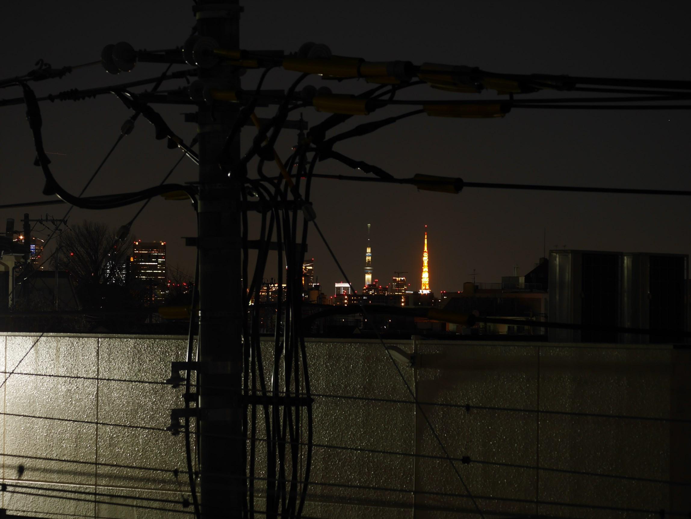 ライトアップした東京タワーとスカイツリー