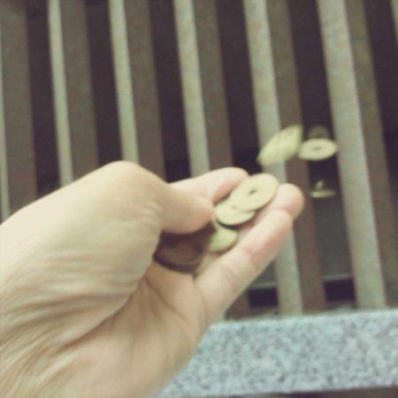 大量の5円玉を投入