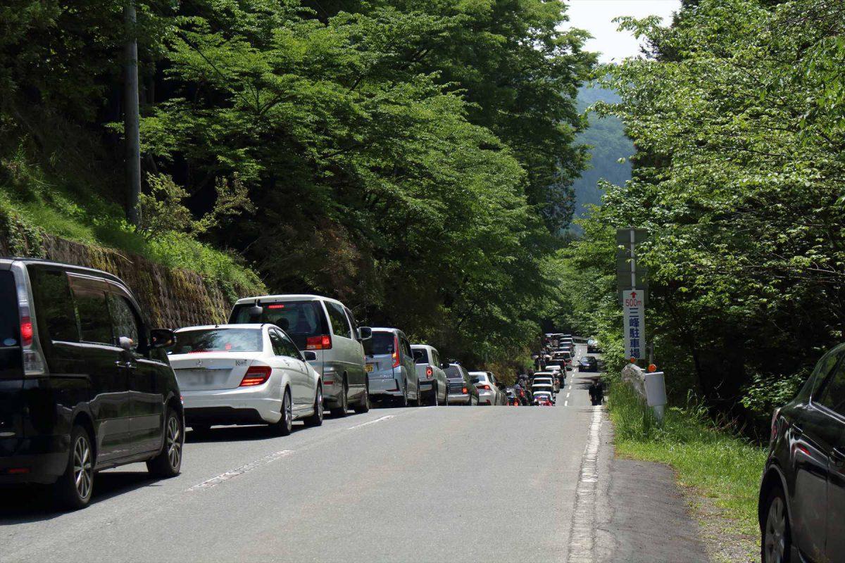 渋滞の三峯神社前