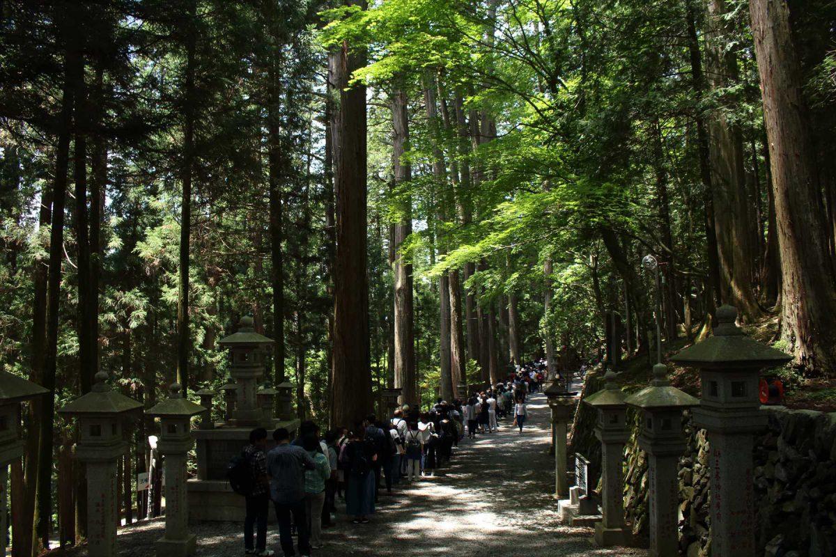 三峯神社本殿への大行列
