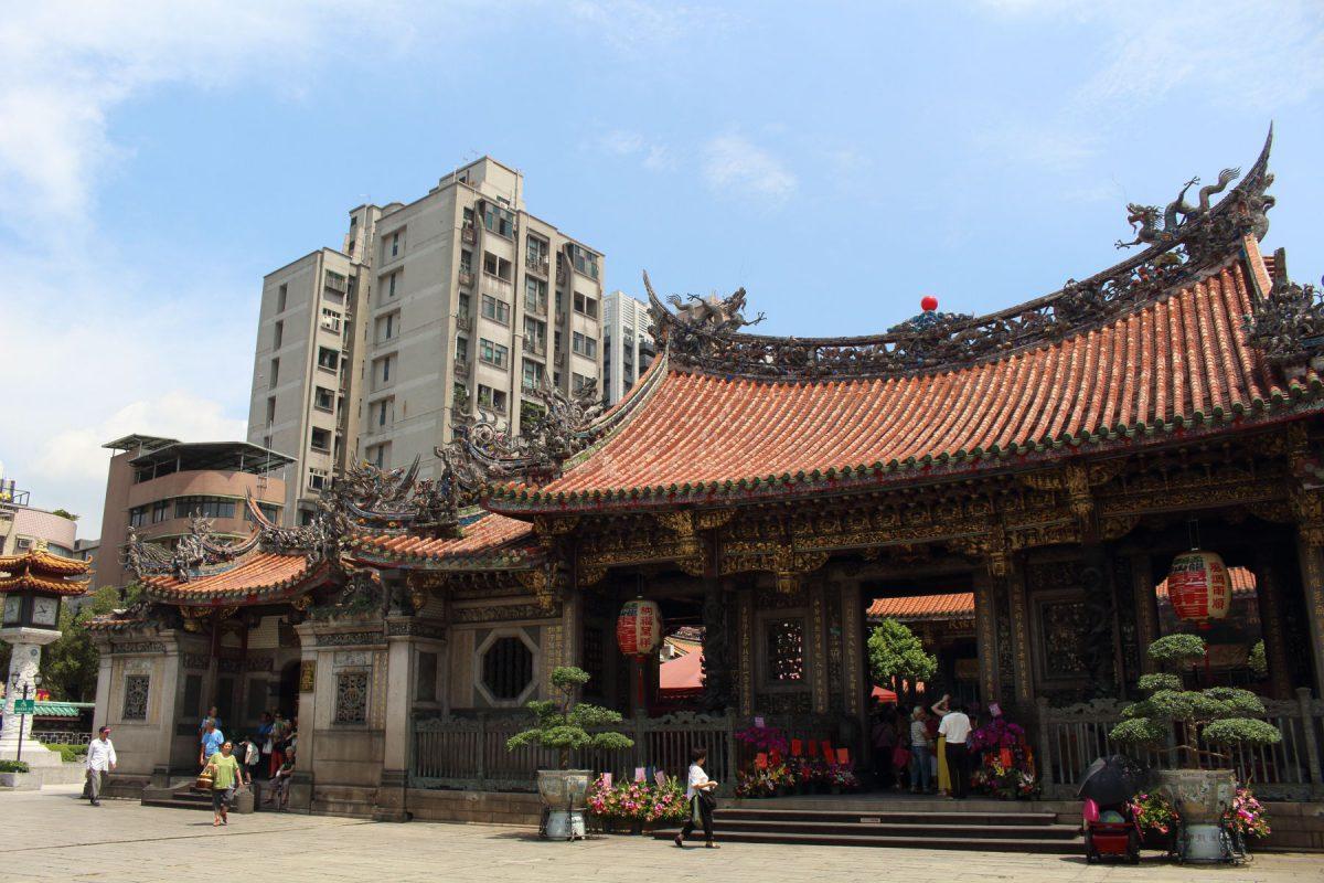 街中にある龍山寺