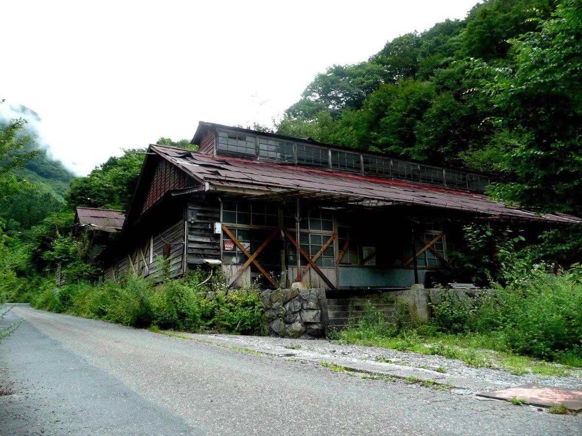 ニッチツ廃村の工場