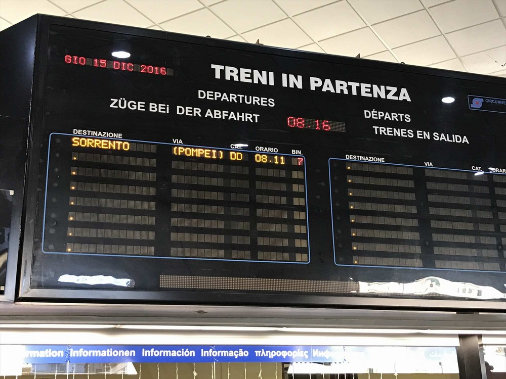 ナポリ・ポルタ・ノラナ駅の電光掲示板