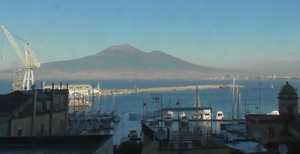 ナポリ湾・海越しにベスビオ山