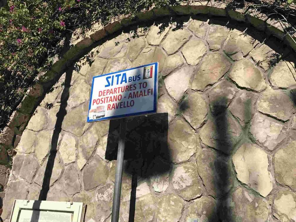 ソレント駅前のバス停