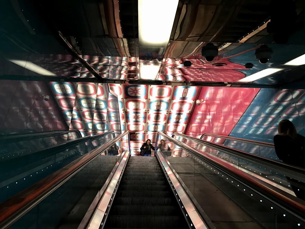 ナポリの地下鉄大学駅エスカレータ