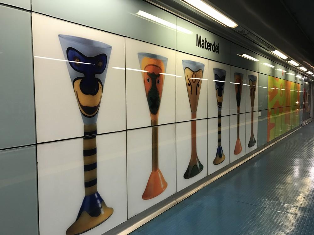 ナポリの地下鉄マテルデイ駅のホーム