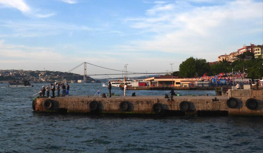 ユスキュダルで釣りをする人