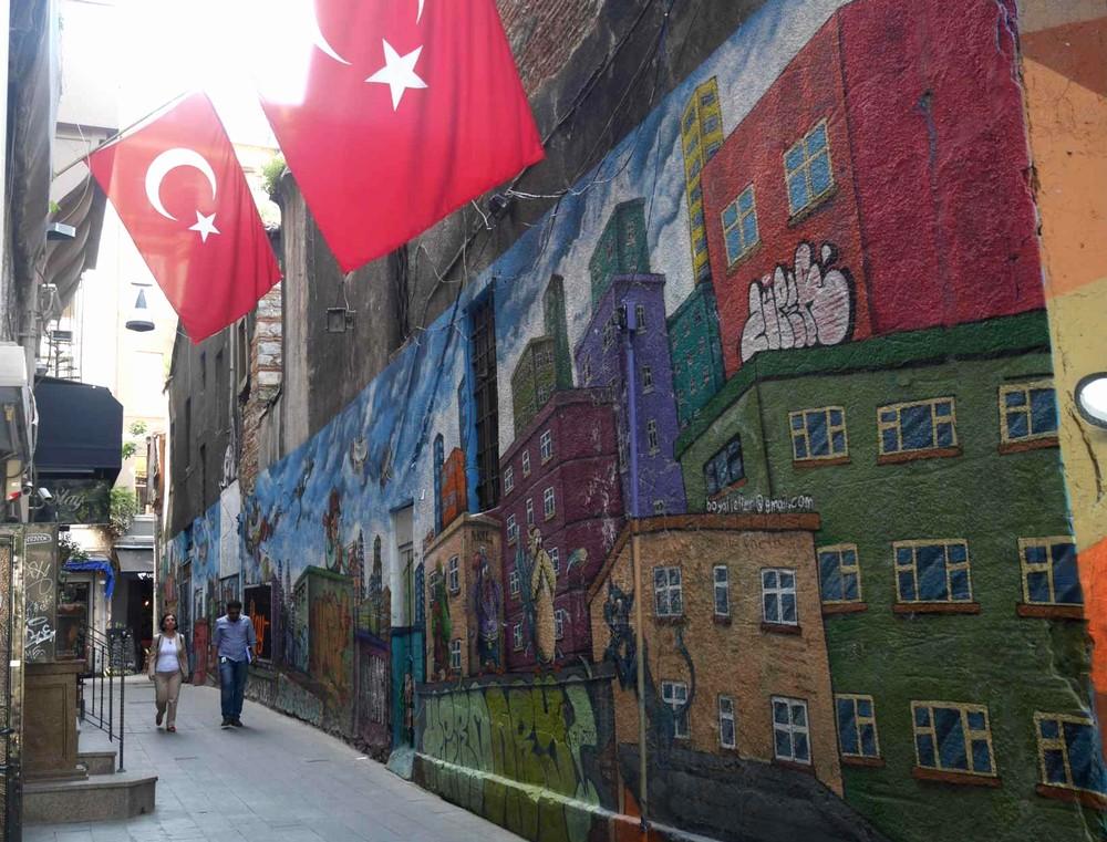 イスタンブール新市街の壁画アート