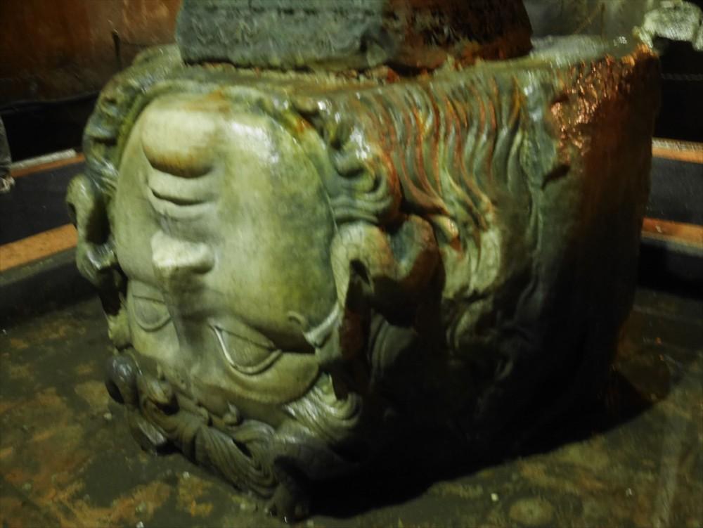 地下宮殿(イェレバタン貯水池)のメデューサの首