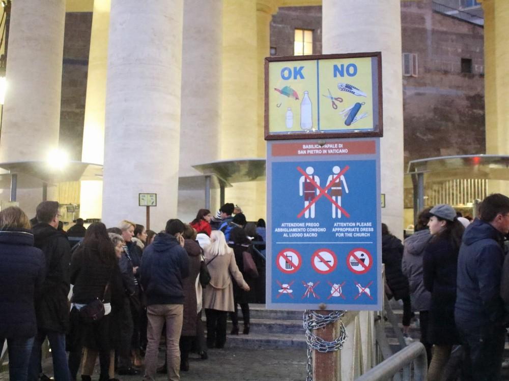 サンピエトロ大聖堂に入る行列