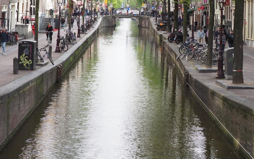 オランダ・アムステルダムの柵が無い運河